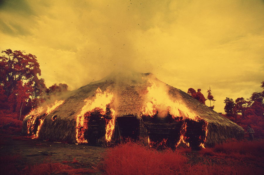 Los yanomami queman sus malocas cuando emigran, quieren deshacerse de una plaga o cuando muere un líder importante. Película infrarroja, Catrimani, Estado de Roraima, Brasil, 1976