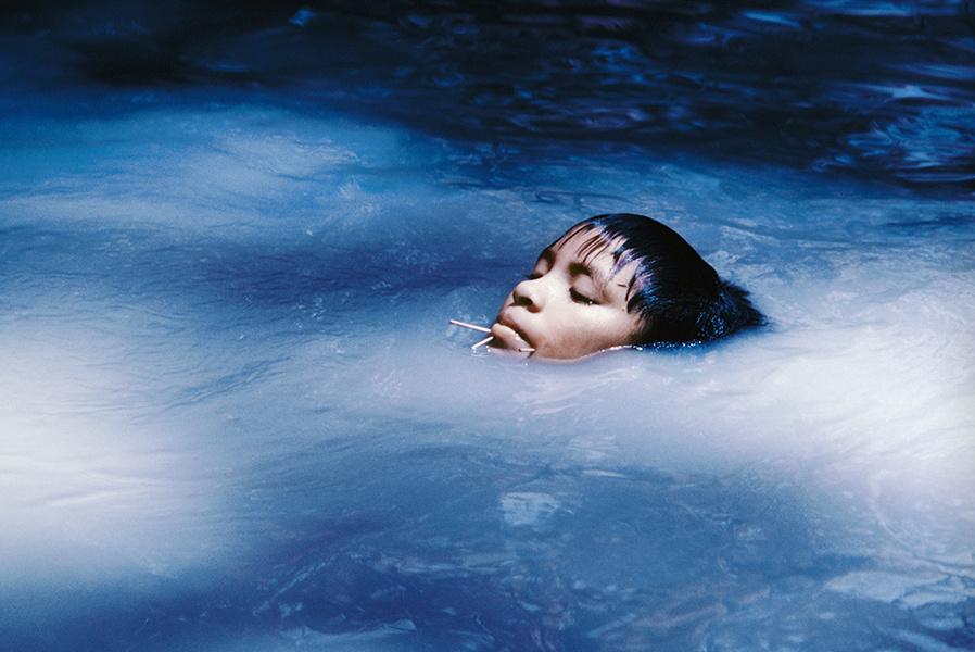 La joven Susi Korihana thëri en un arroyo, película infrarroja. Catrimani, Roraima, 1972-1974
