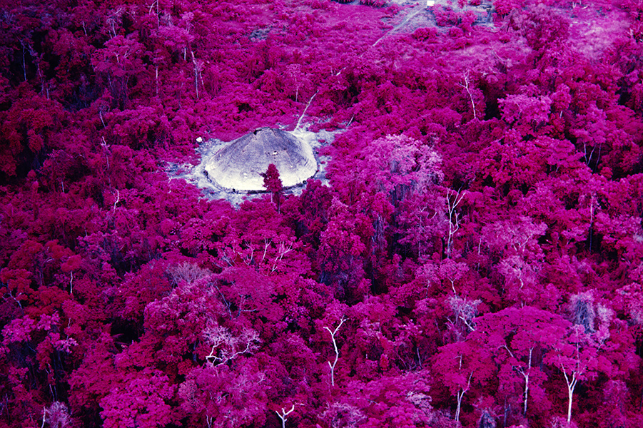 Choza cerca de la misión católica en el río Catrimani, película infrarroja. Roraima, 1976